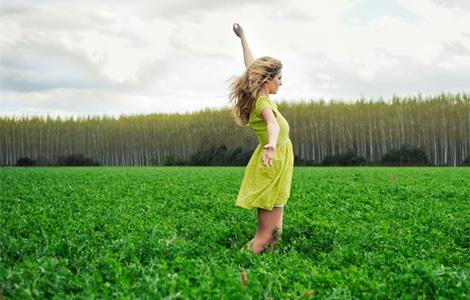 žena u zelenoj haljini ispred zelene planine laguna knjige